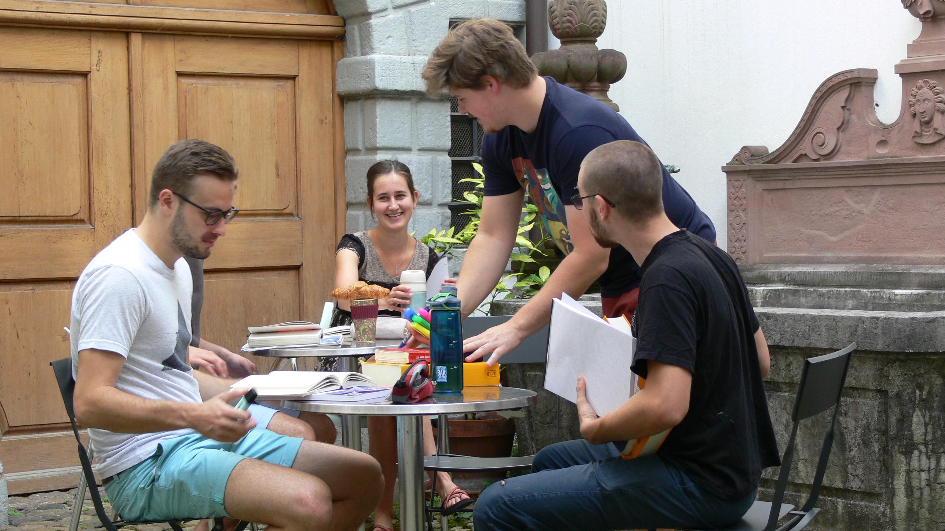Studierende im Innenhof
